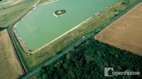 Tertarik untuk tinggal di tengah-tengah danau dan ladang pertanian? Beli rumah unik satu ini!