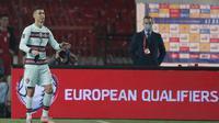 Kapten Timnas Portugal, Cristiano Ronaldo, tampak kesal setelah golnya ke gawang Serbia pada laga kedua Grup A kualifikasi Piala Dunia 2022 di Stadion Rajko Mitic, Minggu (28/3/2021) dini hari WIB, tidak disahkan wasit. (Pedja Milosavljevic/AFP)