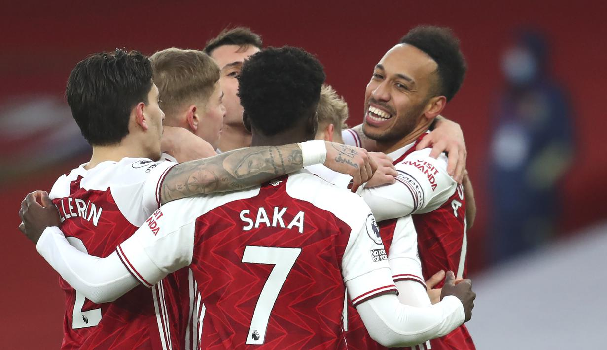 Para pemain Arsenal merayakan gol pertama yang dicetak striker Pierre-Emerick Aubameyang (kanan) ke gawang Leeds United dalam laga lanjutan Liga Inggris 2020/21 pekan ke-24 di Emirates Stadium, London, Minggu (14/2/2021). Arsenal menang 4-2 atas Leeds United. (AP/Catherine Ivill/Pool)