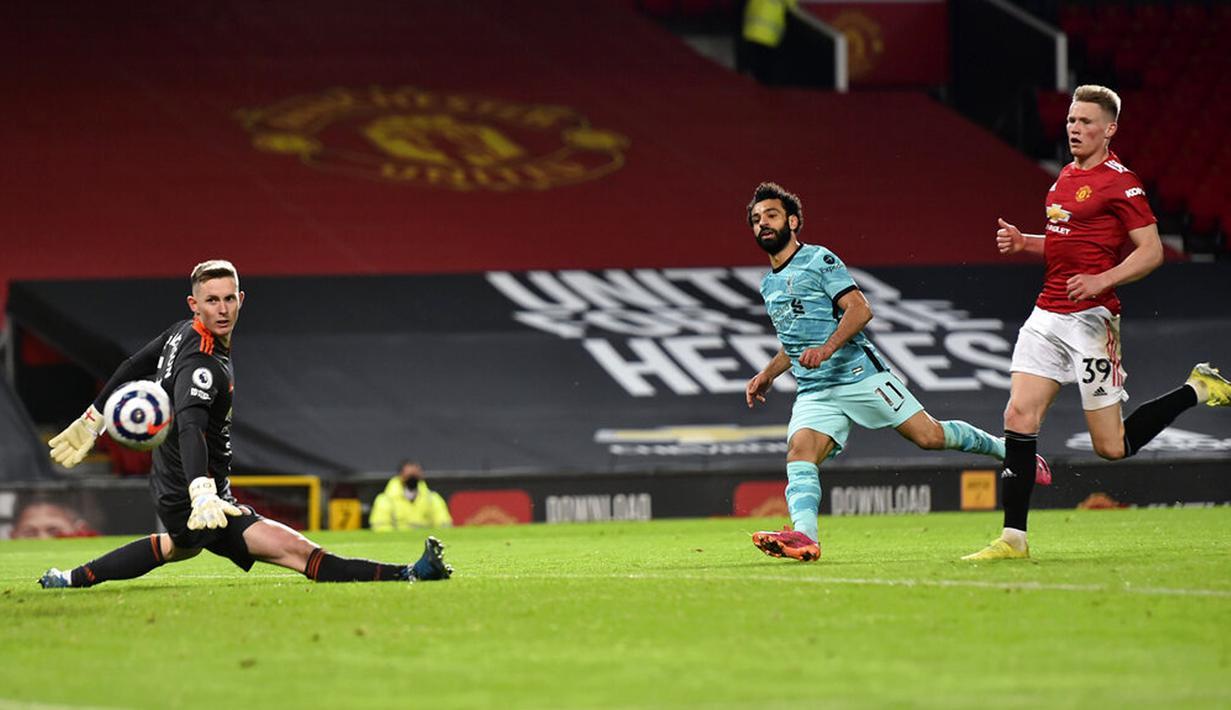 Pemain Liverpool Mohamed Salah (tengah) mencetak gol ke gawang Manchester United pada pertandingan Liga Inggris di Stadion Old Trafford, Manchester, Inggris, Kamis (13/5/2021). Liverpool melumat Manchester United 4-2. (Peter Powell/Pool via AP)