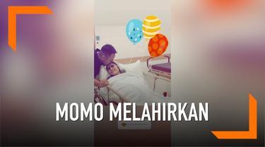 Kabar bahagia datang dari pasangan Momo dan sang suami Nicola. Keduanya dikaruniai anak pertama berjenis kelamin perempuan.
