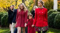 Ivanka Trump dan Tiffany Trump tampil merona dengan menggunakan busana nuansa merah di Thanksgiving (AFP PHOTO / JIM WATSON)