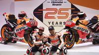 Dua pembalap Repsol Honda, Marc Marquez (kiri) dan Jorge Lorenzo (kanan), diperkenalkan sebagai pembalap untuk MotoGP 2019 di Madrid, Rabu (23/1/2019). (AFP/Pierre-Philippe Marcou)