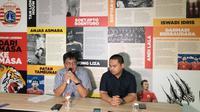 Gede Widiade (kiri) dan Rafil Perdana, mengumumkan pengunduran diri mereka sebagai Direktur Utama dan Chief Operating Officer Persija Jakarta, Rabu (6/2/2019). (Bola.com/Benediktus Gerendo Pradigdo)