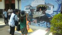 Pojok selfie ini dibuat sejak memasuki libur akhir tahun untuk menambah daya tarik Stasiun Cirebon di mata pengunjung. (Liputan6.com/Panji Prayitno)