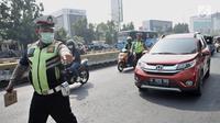 Polisi memberhentikan kendaraan saat hari pertama pemberlakuan perluasan sistem ganjil genap di Jalan Salemba Raya, Jakarta, Senin (9/9/2019). Per hari ini, pelanggar sistem ganjil genap ditindak sesuai UU Nomor 22 Tahun 2009 tentang LLAJ. (merdeka.com/Iqbal Nugroho)