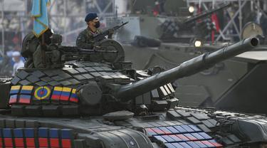 Sebuah tank melaju selama parade militer menandai Hari Kemerdekaan di Caracas, Venezuela, Senin (5/7/2021). Venezuela menandai 210 tahun deklarasi kemerdekaan mereka dari Spanyol. (AP Photo/Matias Delacroix)
