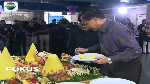 Di penghujung acara, secara symbolis dewan direksi Indosiar memotong lima nasi tumpeng dan menyerahkan kepada lima tokoh agama yang hadir.