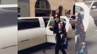 Syahrini berlenggak-lenggok turun dari mobil Limousine di New York, Amerika Serikat. (foto: instagram.com/princessyahrini)