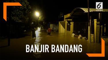 Hujan deras selama beberapa jam memicu banjir bandang di wilayah Tuban. Ratusan rumah terendam akibat musibah ini.