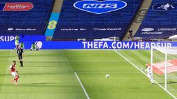 Penyerang Arsenal, Pierre-Emerick Aubameyang mencetak gol dari titik penalti ke gawang Chelsea pada pertandingan final Piala FA di stadion Wembley, London, Minggu (2/8/2020) dini hari. Arsenal juara Piala FA setelah menang dengan skor 2-1. (Catherine Ivill/Pool via AP)