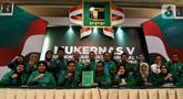 Wakil Ketua PPP Fernita Darwis bersama Wakil Sekretaris Jenderal PPP, Achmad Baidowi dan sejumlah Kader PPP memberikan keterangan pers disela Musyawarah Kerja Nasional (Mukernas) V PPP di Jakarta, Minggu (15/12/2019). Mukernas V PPP resmi ditutup hari ini. (Liputan6.com/Johan Tallo)