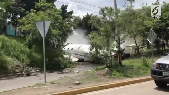 Sebuah pesawat pribadi yang berangkat dari Austin, Texas, tergelincir dari landasan di bandara di ibukota Honduras (22 Mei).