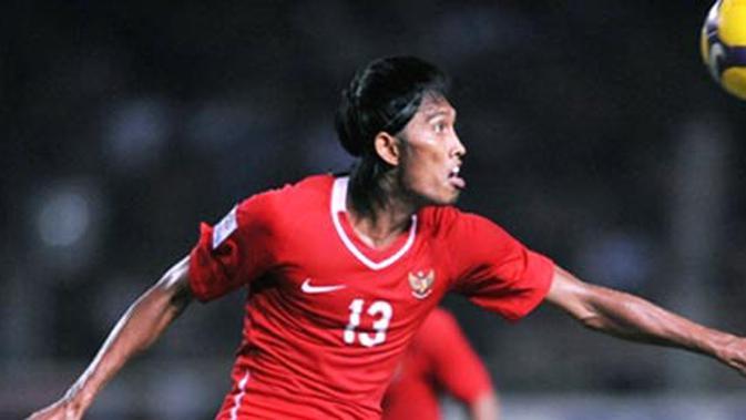 Penyerang Timnas Indonesia, Budi Sudarsono beraksi dalam partai kontra Singapura di ajang AFF Suzuki Cup di Jakarta, 9 Desember 2008. Indonesia kalah 0-2. AFP PHOTO/Bay ISMOYO