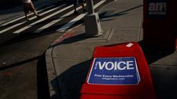 Sebuah kotak surat kabar Village Voice tergeletak di pinggir jalan di Manhattan, AS (22/8). Mereka akan beralih ke online demi menjangkau lebih banyak pembaca. (Drew Angerer/Getty Images/AFP)