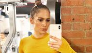 Jennifer Lopez mengenakan pakaian olaraga sambil memamerkan otot perutnya | instagram.com/jlo