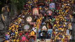 Umat Hindu membawa sesembahan saat Festival Thaipusam di Batu Caves, Kuala Lumpur, Malaysia, Sabtu (8/2/2020). Acara tahunan ini digelar untuk menghormati Dewa Murugan, mencari berkah, memenuhi sumpah, dan mengucapkan terima kasih. (AP Photo/Vincent Thian)