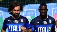 Andrea Pirlo dan Mario Balotelli (GIUSEPPE CACACE / AFP)