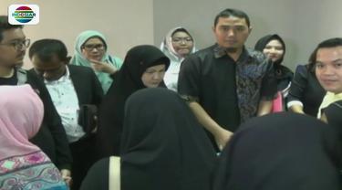 Puluhan orang perwakilan dari 141 agen mendatangi kantor Abu Tours di Senen, Jakpus. Mereka meminta kurator segera membayar dana calon jemaah senilai Rp 100 miliar.