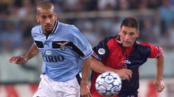 Juan Sebastian Veron - Saat memperkuat Sampdoria, Parma, dan Lazio, permainan Veron sangat berpengaruh dan menawan. Pemain asal Argentina tersebut hampir punya segalanya yang dibutuhkan seorang gelandang hebat yang dibutuhkan setiap tim. (AFP/Gabriel Bouys)
