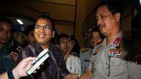 Sekretaris Satuan Tugas Pemberantasan Mafia Hukum, Denny Indrayana berjabat tangan dengan Kapolda Sumut, Irjen Pol Oegroseno seusai melakukan dialog bersama jajaran Polda Sumut, di Medan. (Antara)