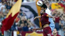 Gelandang AS Roma, Seydou Keita (kiri) berebut bola udara dengan pemain Lazio Marco Parolo pada laga Serie A Italia di Stadion Olimpico, Italia, Selasa dini hari (26/5/2015). Lazio menyerah 0-1 dari AS Roma. (Reuters/Tony Gentile)