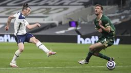 Penyerang Tottenham Hotspur, Gareth Bale, melepaskan tendangan saat melawan Sheffield United pada laga Liga Inggris di London, Minggu (2/5/2021). Tottenham menang dengan skor 4-0. (Nick Potts/Pool via AP)