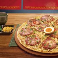 Pizza Hut Taiwan bekerja sama dengan Menya Musashi dari Jepang untuk menghadirkan pizza ramen yang unik. | facebook.com/menya634taiwan