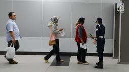 Petugas keamanan memeriksa calon penumpang saat akan mengikuti uji coba publik Mass Rapid Transit (MRT) di Jakarta, Selasa (12/3). MRT Jakarta mengangkut 4.000 penumpang pada uji coba publik hari pertama. (merdeka.com/Imam Buhori)