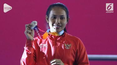 Ni Nengah Widiasih, atlet para powerlifting Indonesia pada Womens Up to 41 kg, raih medali perak perdana di Asian Para Games 2018.