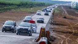 Kendaraan pemudik memadati ruas tol fungsional (tol darurat) Brebes Timur-Pemalang di Tegal, Jawa Tengah, Jumat (30/6). Pada arus balik H+5 kendaraan yang melintas di tol fungsional melonjak lebih dari 1.063. (Liputan6.com/Faizal Fanani)