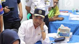 Menhub Budi Karya Sumadi melihat pengecekan kesehatan sopir bus saat meninjau kesiapan arus balik Lebaran di Terminal Kampung Rambutan, Jakarta, Selasa (19/6). Budi menekankan pentingnya keamanan dan kenyamanan bagi pemudik. (Liputan6.com/Faizal Fanani)