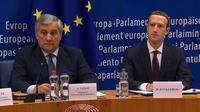 Presiden Parlemen Eropa Antonio Tajani (kiri) dan CEO Facebook Mark Zuckerberg (kanan) saat memberi keterangan di Brussel, Belgia, Selasa (22/5). Zuckerberg menyampaikan permintaan maafnya terkait skandal kebocoran data Facebook. (EBS/AFP)