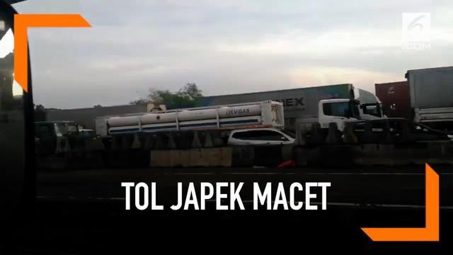 Warganet mengeluh kemacetan panjang yang terjadi di Tol Jakarta Cikampek arah Jakarta. Kemacetan disebabkan adanya kontainer yang mengalami patah sasis di GT Cikunir.