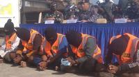 Patroli keamanan laut TNI AL KRI Siwar- 646 berhasil menggagalkan aksi pencurian yang dilakukan 5 orang pelaku di dua kapal berbendera Malaysia di perairan Selat Singapura, Minggu (21/2/2021). (Liputan6.com/ Ajang Nurdin)