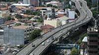 Suasana JLNT Casablanca, Jakarta, Jumat (7/4). Meski ada rambu larangan melintas, sejumlah pengedara motor tetap nekat melintasi jalan layang tersebut. Pemotor tersebut tidak mengindahkan keselamatan. (Liputan6.com/Faizal Fanani)