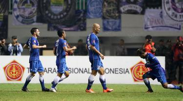 Pemain Persib Bandung, Sergio Van Dijk (2kanan) merayakan golnya ke gawang PS TNI di Stadion Pakansari, Bogor, Minggu (21/8/2016). (Bola.com/Nicklas Hanoatubun)