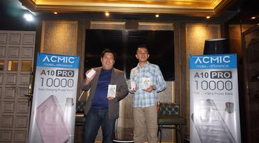CEO PT SatuPro Global Niaga Heri Hertanto (kanan) dan Goutama Bachtiar saat meluncurkan power bank premium Acmic A10PRO