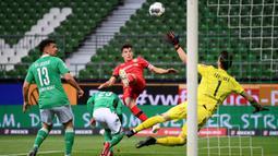Gelandang Leverkusen, Kai Havertz, saat mencetak gol ke gawang Werder Bremen dalam laga lanjutan kompetisi Bundesliga di Bremen, Jerman pada 18 Mei 2020. Bayer Leverkusen menang 4-1 atas Werder Bremen.(AFP/Stuart Franklin)