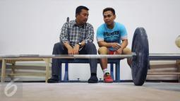 Menpora Imam Nahrawi (kiri) berbincang dengan Eko Yuli Irawan saat meninjau kesiapan akhir atlet angkat besi di PB PABBSI, Jakarta, Selasa (21/6). Tujuh atlet angkat besi akan berlaga di Olimpiade Rio 2016. (Liputan6.com/Helmi Fithriansyah)