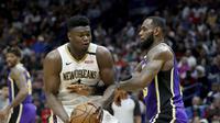 Zion Williamson (baju putih) duel dengan LeBron James pada lanjutan NBA (AP)