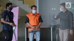 Direktur Utama PT Glori Karsa Abadi, Rahadian Azhar dikawal petugas usai menjalani pemeriksaan pertama pasca penahanan di Gedung KPK, Jakarta, Jumat (8/5/2020). Rahadian  diperiksa sebagai tersangka terkait dalam kasus suap pemberian fasilitas di Lapas Sukamiskin, Bandung. (merdeka.com/Dwi Narwoko)