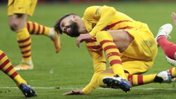 Nasib sial menimpa Barcelona. Tidak hanya menelan kekalahan dari Atletico Madrid, Barca juga harus kehilangan Gerard Pique untuk sementara waktu karena cedera.(AP/Bernat Armangue)