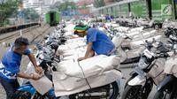 Pada H-2 lebaran, pengiriman paket sepeda motor menggunkan jasa pengiriman kereta api mulai meningkat dengan tujuan kota Jawa Tengah dan Jawa Timur di Stasiun Pasar Senen, Jakarta, Jumat (23/6). (Liputan6.com/Faizal Fanani)