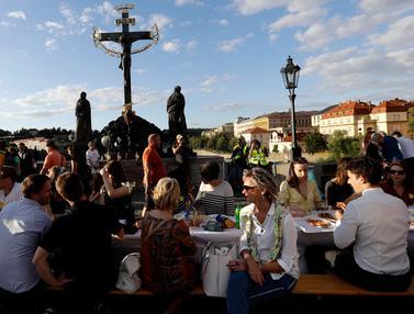 Warga Praha Gelar Makan Malam di Atas Jembatan