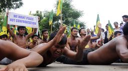 Aksi para demonstran dari IPFT saat menggelar demo di Khamtingbari di dekat perbatasan Agartala, India, (10/7). Tripura adalah sebuah negara bagian di India, negara bagian ini memiliki ibu kota bernama Agartala. (AFP Photo/ Arindam Dey)