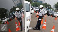 Petugas mengecek mobil peserta tes uji SIM dan kir transportasi online di Jakarta, (15/8). Kegiatan diadakan menyambut HUT Kemerdekaan RI ke-71 serta menciptakan layanan angkutan umum yang prima dan accountable. (Liputan6.com/Immanuel Antonius)
