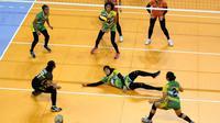 Pemain Gresik Petrokimia berupaya mengembalikan smes pemain Jakarta BNI Taplus pada seri kedua putaran pertama kompetisi bola voli Proliga 2018 di Temenggung Abdul Djamal, Batam, Minggu (28/1/2018). Gresik kalah 1-3. (Humas PBVSI)