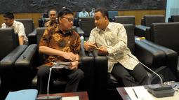 Menteri Dalam Negeri Tjahjo Kumolo (kiri) berdiskusi dengan Menteri Pendidikan dan Kebudayaan Anies Baswedan saat berkunjung ke MPR, Jakarta, Rabu (4/2/2015). (Liputan6.com/Andrian M Tunay)