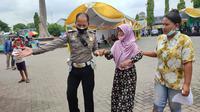 Soebandijah (80), seorang nenek di Blora digandeng polisi untuk vaksinasi. (Liputan6.com/Ahmad Adirin)